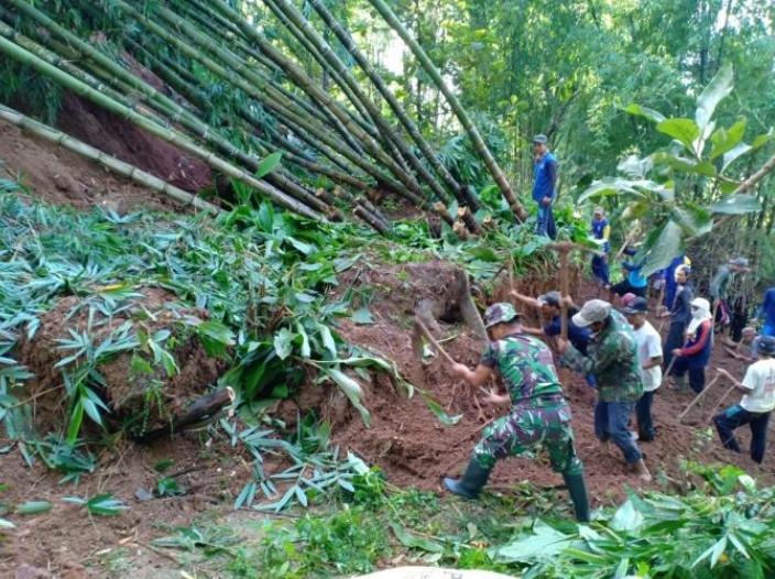Tanah Longsor Terjang 3 Kecamatan di Magetan, Jalan Desa Tertutup Material Longsoran