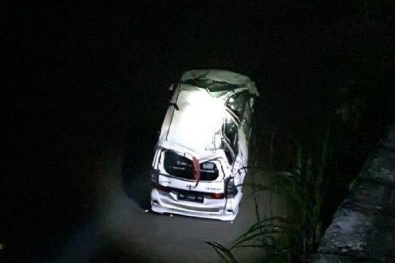 Avanza Rombongan Asal Tulungagung Terjun Ke Sungai di Blitar, Satu Tewas