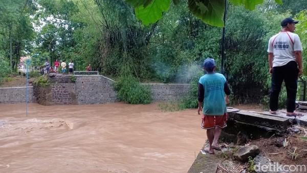 Jembatan Trunojoyo di Ponorogo Ambrol Karena Sampah Bambu