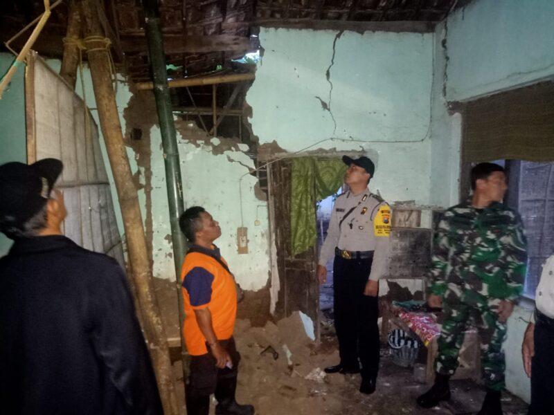 Rumah Tua di Madiun Roboh, Satu Keluarga Harus Mengungsi