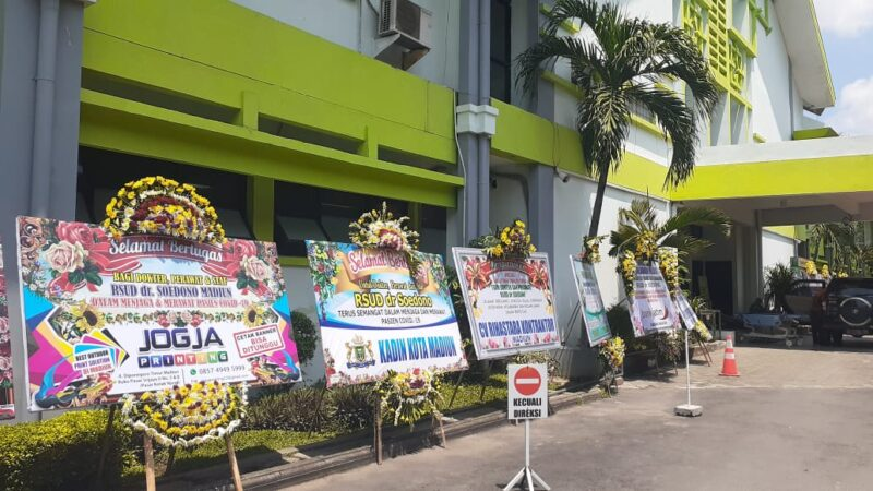 Dukung Tim Medis Lawan Corona, Warga Madiun Kirim Karangan Bunga