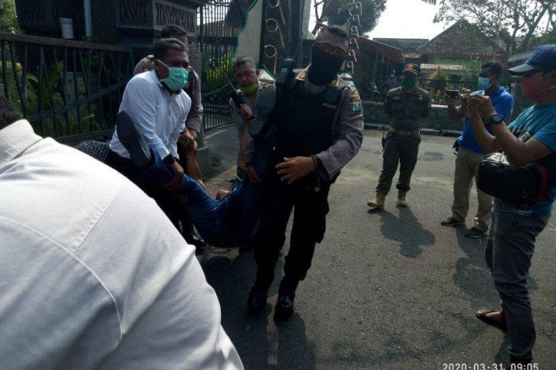Protes Penutupan Tempat Hiburan, Seorang Wartawan Adang Mobil Bupati Tulungagung
