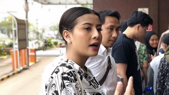 Datangi Mapolda Jatim, Selebgram Awkarin Jutek Dipotret Wartawan