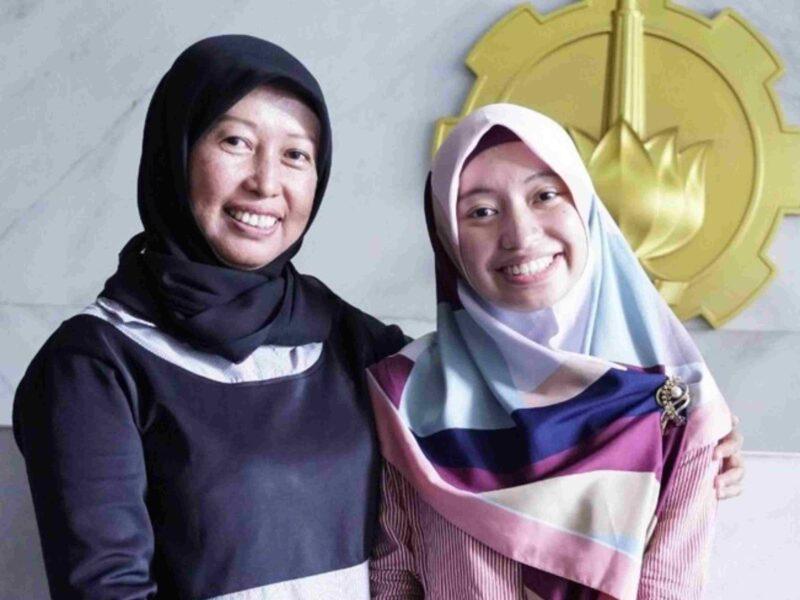 Ibu dan Anak Asal Surabaya Ini Raih Gelar Doktor Bareng, Cetak Rekor Bareng Pula