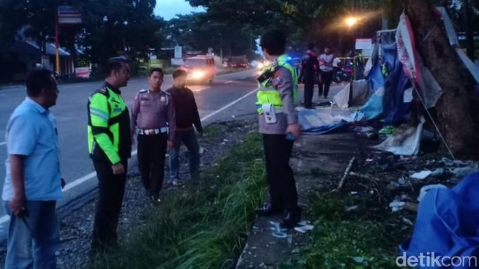Toyota Innova Tabrak Tenda Buruh Yang Sedang Demo di Pasuruan, 4 Tewas