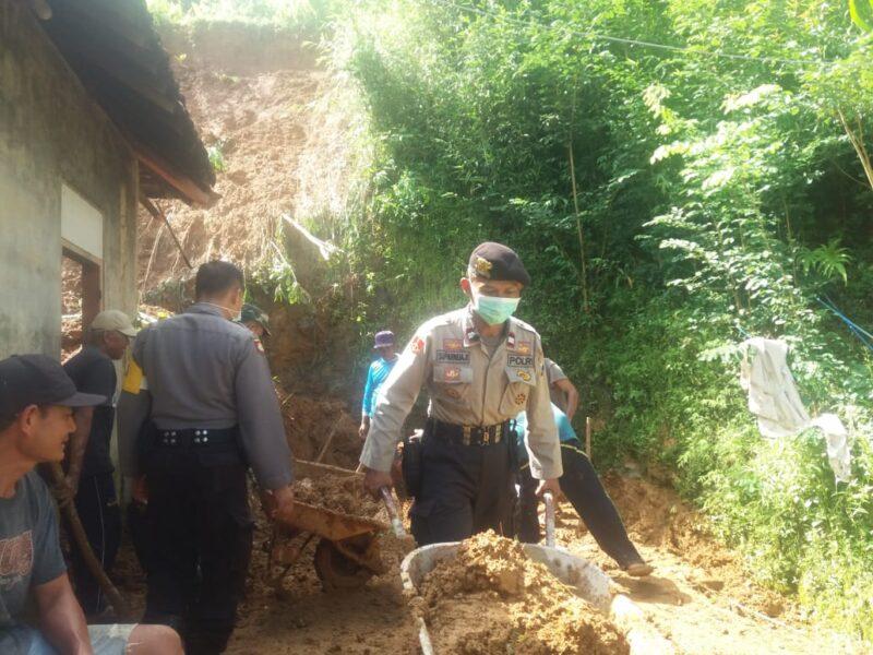 Tanah Longsor Rusak Rumah Perangkat Desa di Ponorogo