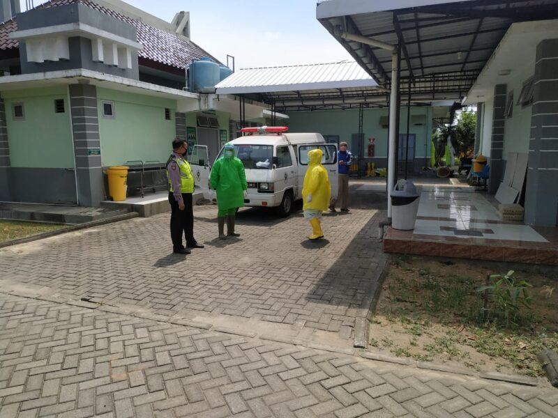 Seorang Pria di Ponorogo Meninggal Mendadak, Petugas Gunakan APD untuk Mengevakuasi