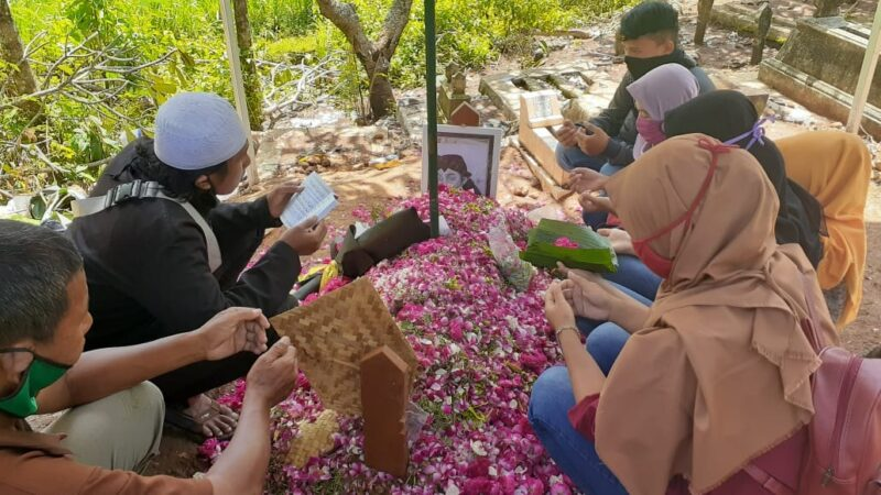 Jelang 7 Hari, Ratusan Sobat Ambyar Datangi Makam Didi Kempot