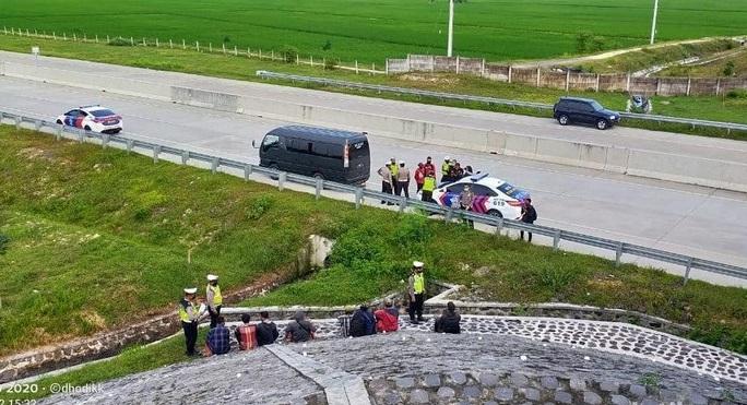 Polisi Pergoki Kendaraan yang Turunkan Pemudik di Overpass Tol Ngawi
