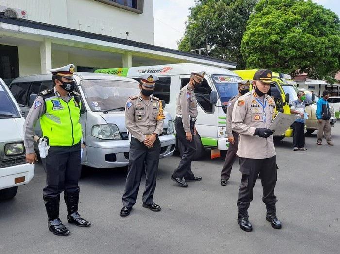 Bawa Pemudik dari Bali dan Madura, 5 Mobil Travel Diamankan di Bondowoso