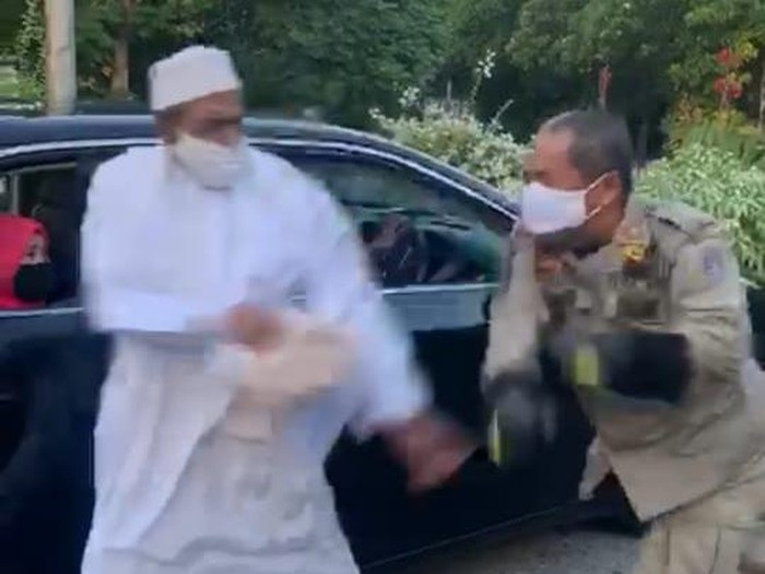 Viral, Pria Bergamis Bernama Umar Abdullah Assegaf Lawan Petugas PSBB di Surabaya