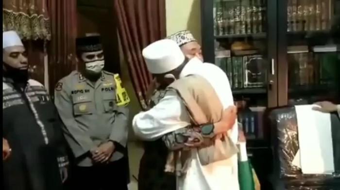 Alhamdulillah, Habib Umar Assegaf dan Petugas PSBB di Surabaya Damai
