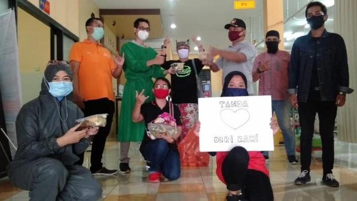 Pemuda Banyuwangi Beri Ketupat dan Sayur ke Nakes RSUD Blambangan