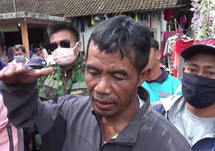 Aksi Berbahaya, Pria Berenang di Danau Kawah Ijen Evakuasi Jenazah Temannya