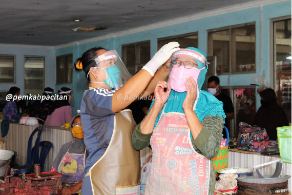 Pemkab Pacitan Wajibkan Pedagang Pasar Tradisional Kenakan Face Shield