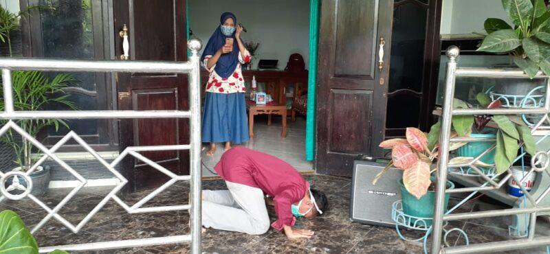 Pulang dari RS, Pasien Positif Covid-19 Madiun yang Sembuh Disambut Lantunan Selawat