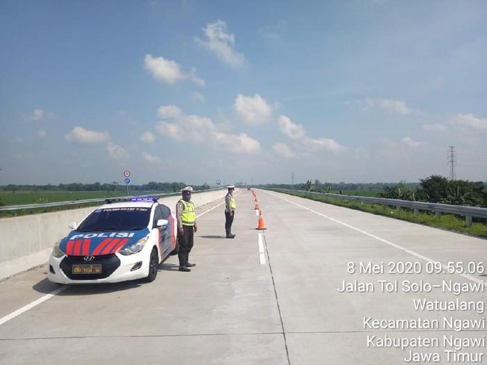 Antisipasi Pemudik Nekat Turun Di Overpass Tol, Polres Ngawi Buat Posko Tambahan
