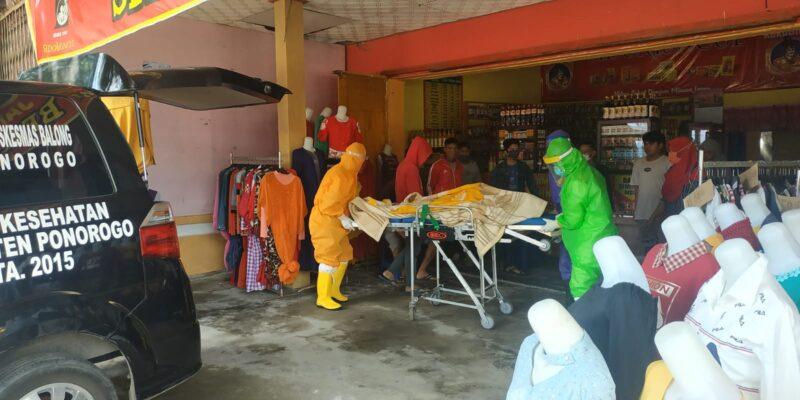 Pemilik Depot Jamu di Ponorogo Meninggal Mendadak, Jenazah Dievakuasi Petugas Ber-APD