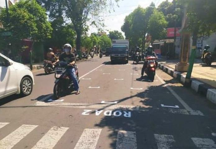 Unik, Physical Distancing di Traffic Light di Tuban Mirip MotoGP