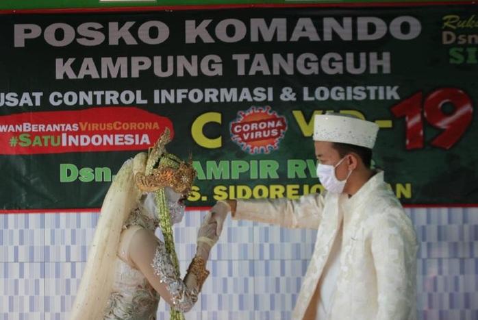 Atas Nama Cinta, Menikah di Pos Kampung Tangguh Covid-19 pun Dijalani