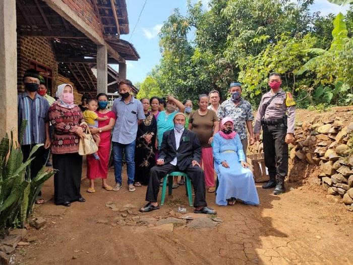 Cinta tak Pandang Usia, Duda Muda di Nganjuk Nikahi Nenek 72 Tahun