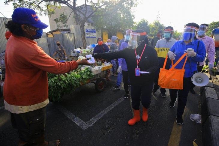 Cegah Covid-19, Wali Kota Risma Berkeliling Bagikan Masker