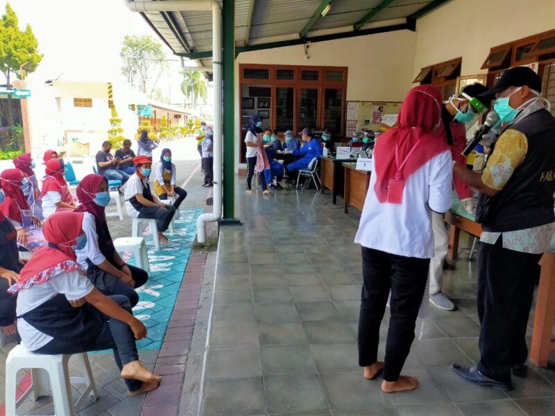Ratusan Karyawan Pabrik Rokok Sampoerna Madiun Jalani Rapid Test Kedua