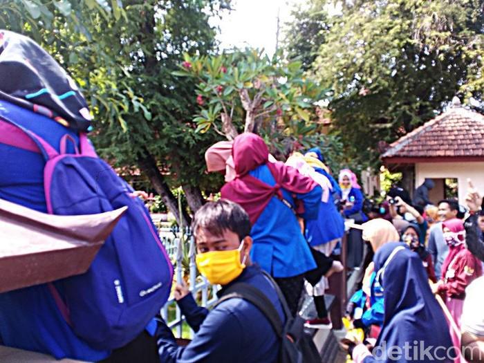 Tuntut Galian C Ilegal Ditutup, Demo Mahasiswa di Pamekasan Diwarnai Bentrok