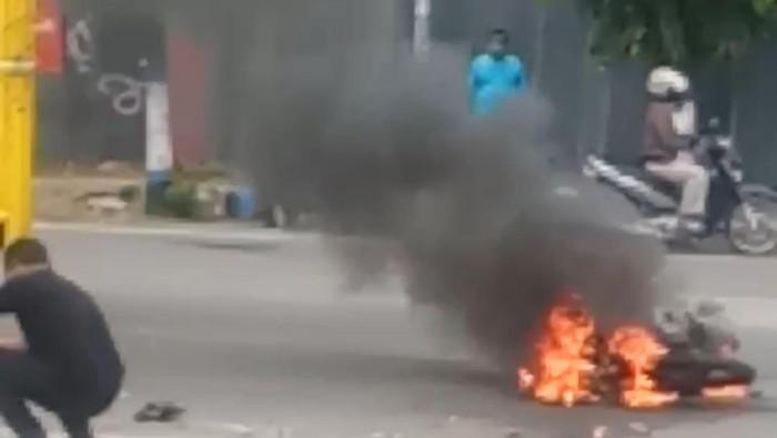 Remaja Madiun Tewas Kecelakaan Setelah Ngebut dan Tertabrak Truk Hingga Motor Terbakar