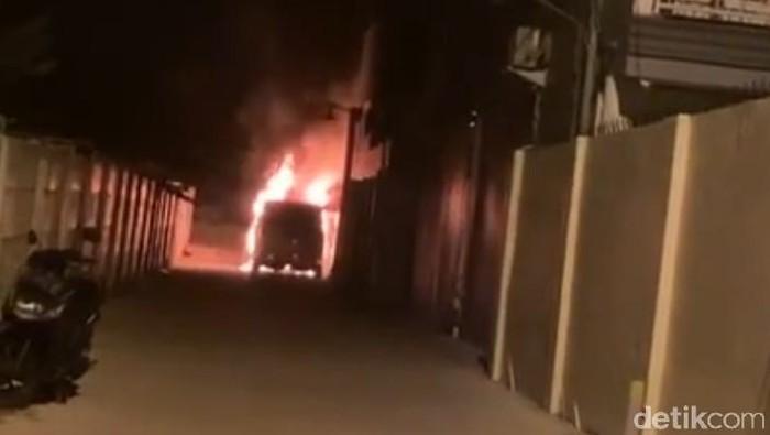 Mobil Mewah Via Vallen Hangus, Diduga Dibakar Orang