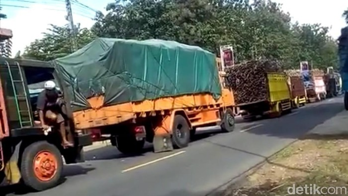 Antrean Truk Pengakut Tebu Bikin Jalan Raya Blitar-Malang Macet Parah