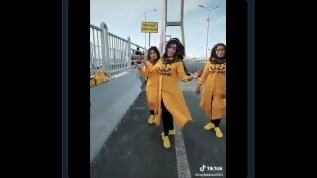 Viral Emak-Emak Joget TikTok di Jembatan Suramadu, Dicibir Warganet