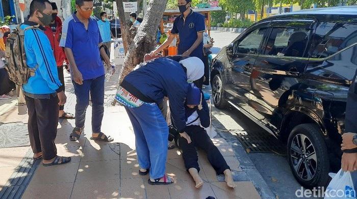 Calon Peserta UTBK di Surabaya Pingsan Saat Antre Rapid Test