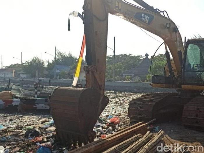 Wow! Sudah 10 Hari Dikeruk, Sampah di Sungai Pasuruan Belum Habis