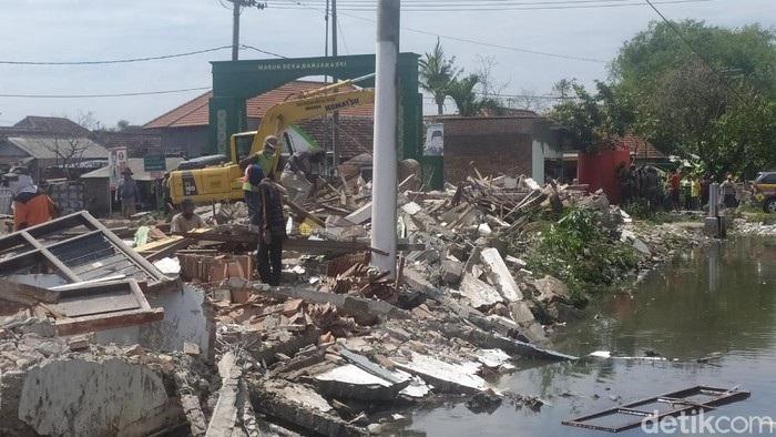 23 Bangunan Liar Penyebab Banjir di Sidoarjo Dibongkar