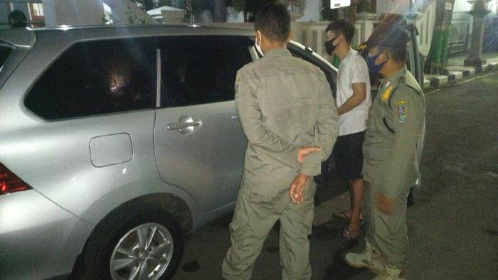 Satpol PP Panggil Ortu Muda Mudi di Mobil Bergoyang