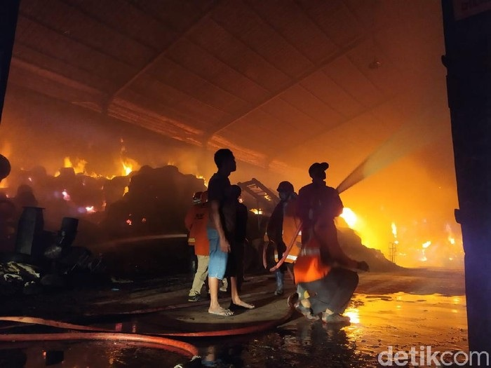Gudang Pabrik Obat Nyamuk di Mojokerto Terbakar