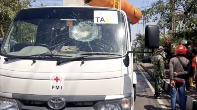 Waduh! Mobil PMI Penyemprot Disinfektan di Gresik Dilempar Batu