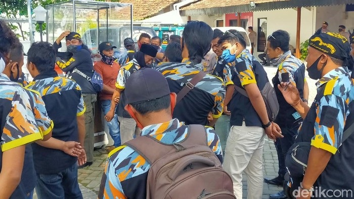 Dilaporkan Karena Keroyok Dokter RSUD Blambangan, Anggota LSM Demo