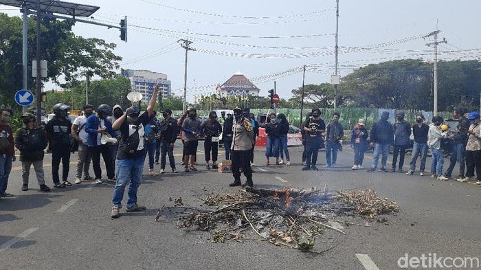 Tuntut Uang Kuliah Turun, Mahasiswa Unair Tutup Jalan