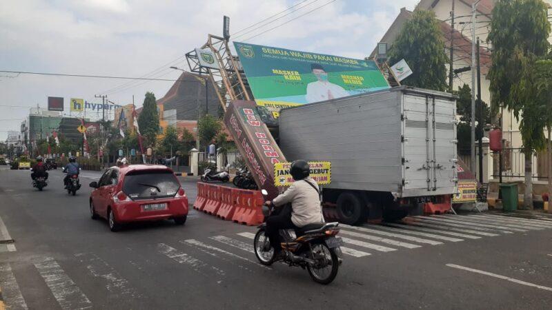 Diterjang Truk Boks, Gapura Gerojokan Jl. Pahlawan Madiun Roboh