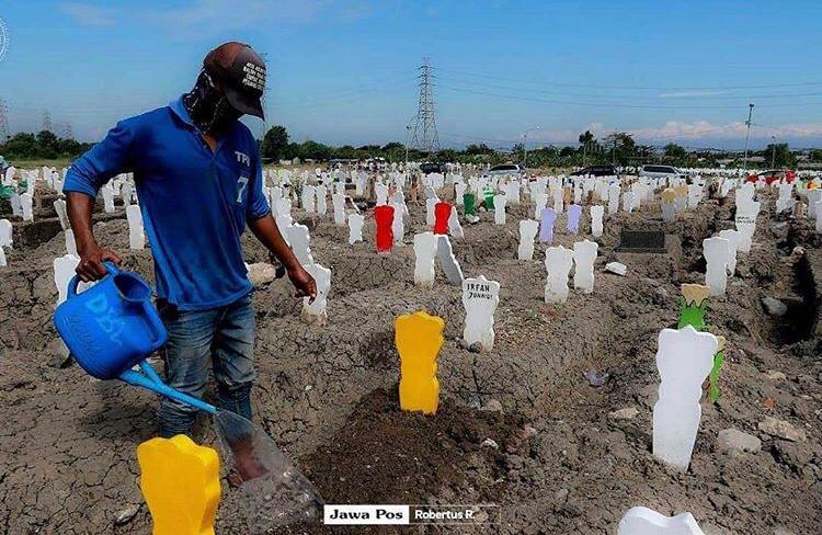 Makam Khusus Pasien Covid-19 di Surabaya Ini Dicat Warna-Warni