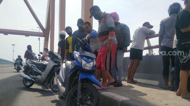 Diduga Bunuh Diri,Pengendara Sepeda Motor Lompat ke Bengawan Solo