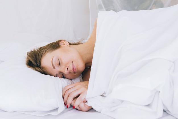 Kebiasaan Tidur Ini Bisa Bantu Turunkan Berat Badan Lho!