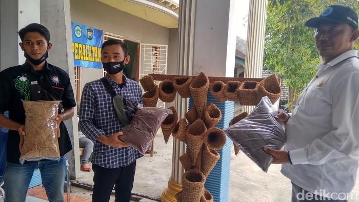 Pemuda Karang Taruna di Lamongan Ini Sukses Jadikan Sabut Kelapa Jadi Vas Bunga