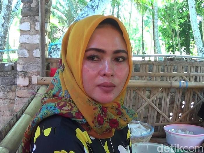 Berkah Punya Wajah Mirip Syahrini, Wanita Penjual Rujak di Sumenep Ini Banjir Pembeli