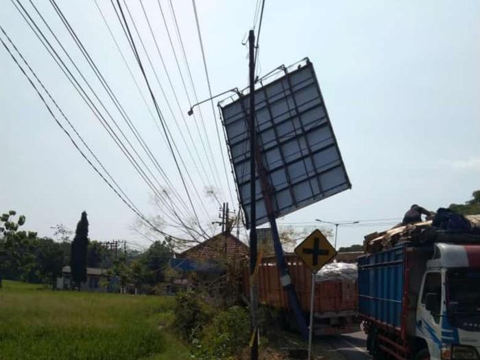 Ditabrak Truk, Baliho Timpa Kabel PLN dan Padamkan Listrik Ribuan Pelanggan
