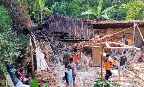 Tak Ada Angin dan Hujan, Rumah Tukang Pijat di Madiun Roboh