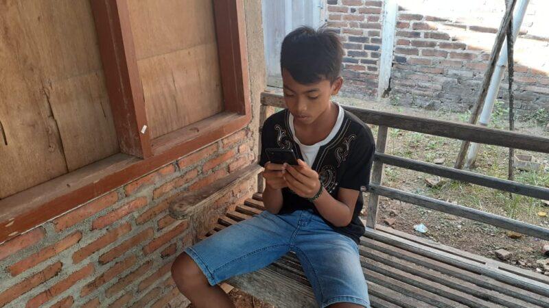 Dapat Bantuan Smartphone, Siswa SD di Madiun Ini Tak Perlu Lagi Seberangi Sungai untuk Belajar Daring