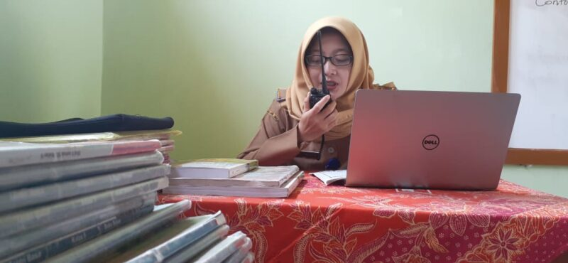 Siswa Tak Kuat Beli Kuota Internet, Guru di Madiun Mengajar Pakai HT